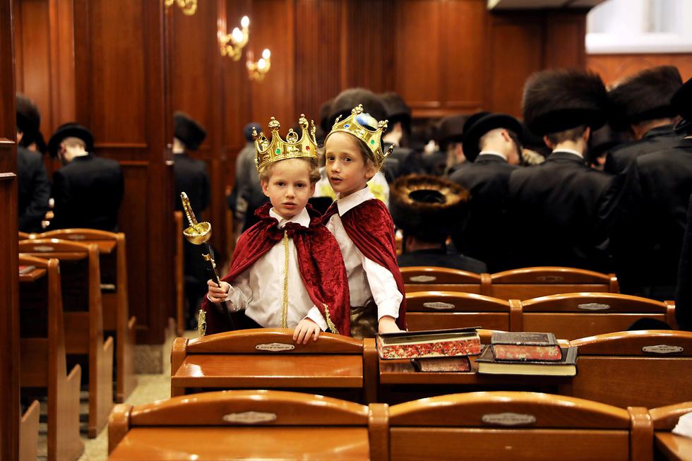 ילדים מחופשים בפורים בבית כנסת בירושלים שבו הקריאו את מגילת אסתר (צילום: רויטרס) (צילום: רויטרס)
