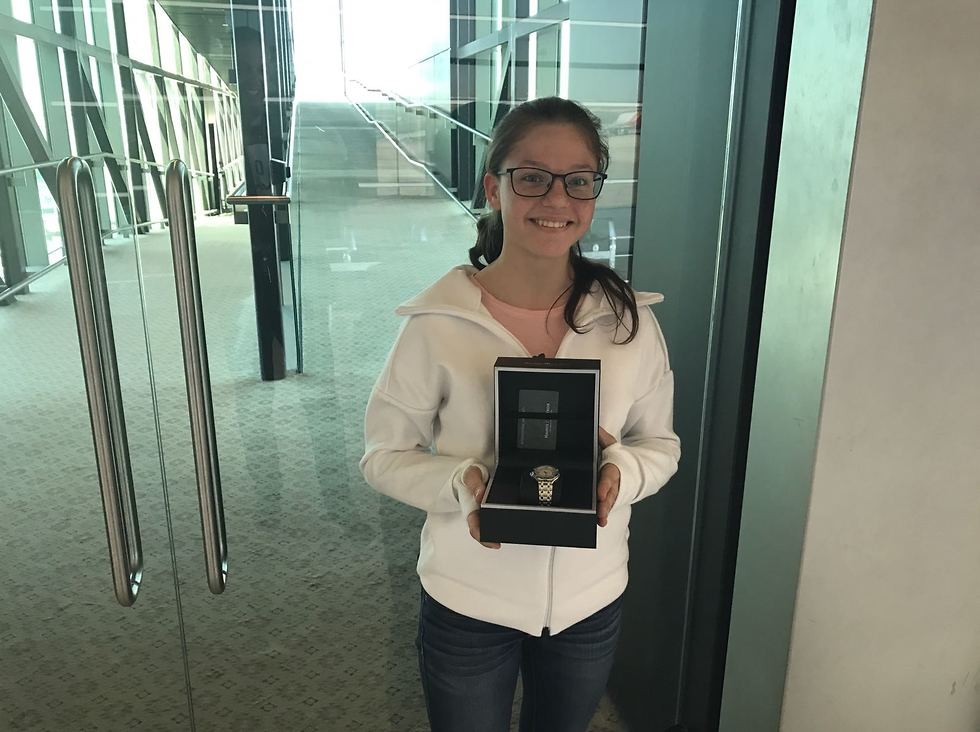 """שרה קובילוב עם השעון (צילום: התאחדות """"אילת"""")"""