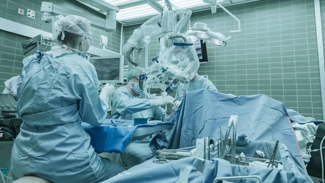 רק לאחר שפתחו את ראשו של המנותח, גילו הרופאים שכלל אין בו קריש (צילום: shutterstock) (צילום: shutterstock)