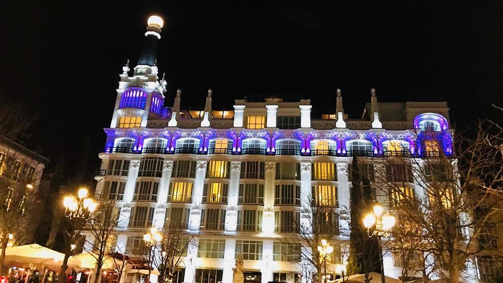 המלון בלילה והבר המואר על הגג (צילום: שירי הדר) (צילום: שירי הדר)