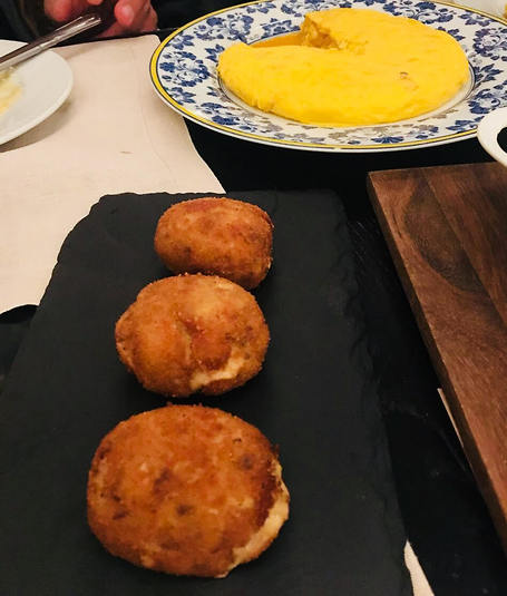 אוכל מקומי: פריטטה (מין חביתה רטובה) וקרוקטס (תפוחי אדמה מטוגנים מבחוץ עם מילוי משתנה בפנים) (צילום: שירי הדר)