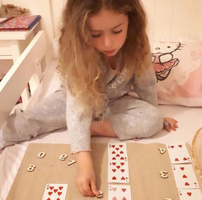 רומי, בת 4, לומדת התאמת מספרים (צילום: ענבל שושטרי)