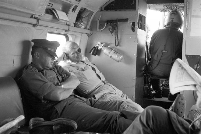 """שר הביטחון משה דיין והרמטכ""""ל יצחק רבין במסוק בדרך לעזה אחרי המלחמה. """"מחכים לטלפון מהערבים"""" (צילום: דוד רובינגר)"""