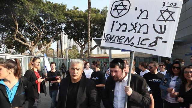 Lapid (L) and the Yesh Atid activist in Haredi costume (Photo: Motti Kimchi)