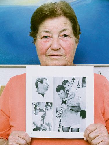 גילה כהן עם תמונות בעלה המנוח