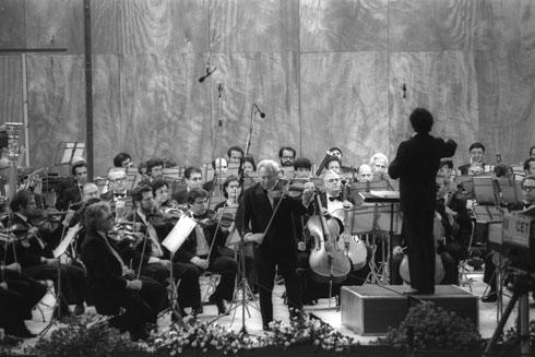 """קונצרט קלאסי בבריכת הסולטן. הטריבונות הארעיות הפכו בהדרגה למפגע קבוע (צילום: משה מילנר, לע""""מ)"""