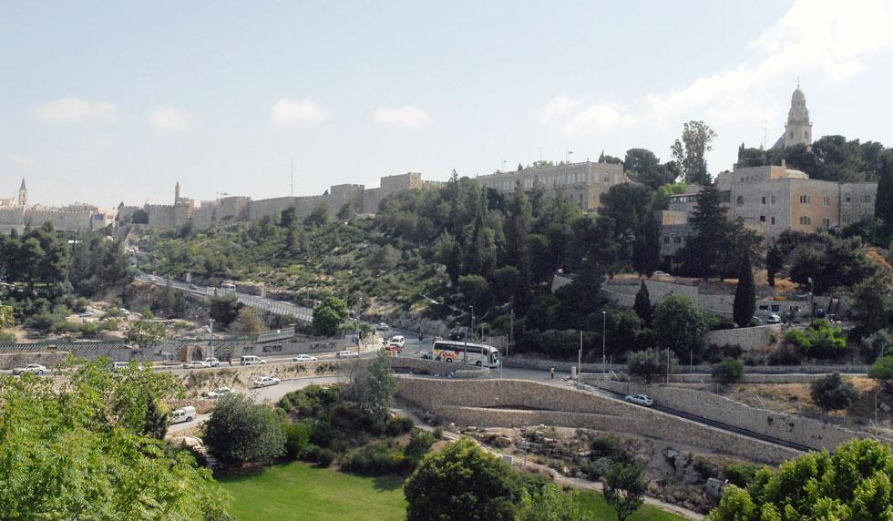 """בריכת הסולטן מול חומות העיר העתיקה. הטריבונות הנוכחיות פונות אל מגדל דוד מבלי לנצל את הטופוגרפיה הטבעית, שיורדת דווקא לכיוון קיר הסכר בצד הנגדי (צילום: משה מילנר, לע""""מ)"""