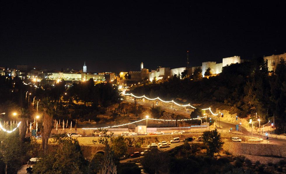 """בריכת הסולטן בלילה. ''הישיבה הקבועה תשמש גם מופעים'', אומר אדריכל הקרן לירושלים, ''אבל בעיקר פעילות פנאי כל ימות השנה'' (צילום: משה מילנר, לע""""מ)"""