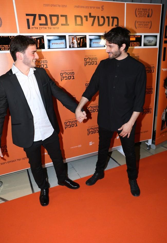 מחזיקים ידיים. רן דנקר  (צילום: רפי דלויה)