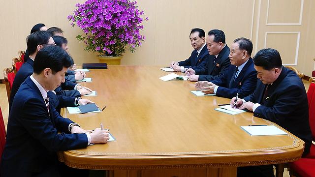 המשלחת הדרום קוריאנית בשיחות בפיונגיאנג (צילום: AP) (צילום: AP)