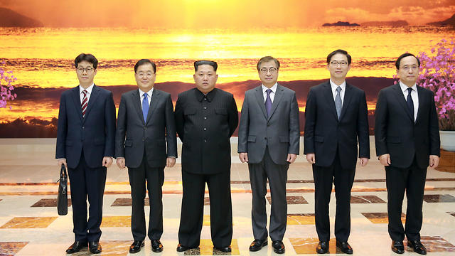 North Korean leader Kim Jong Un (2nd left) and the South Korean delegation (Photo: Reuters)