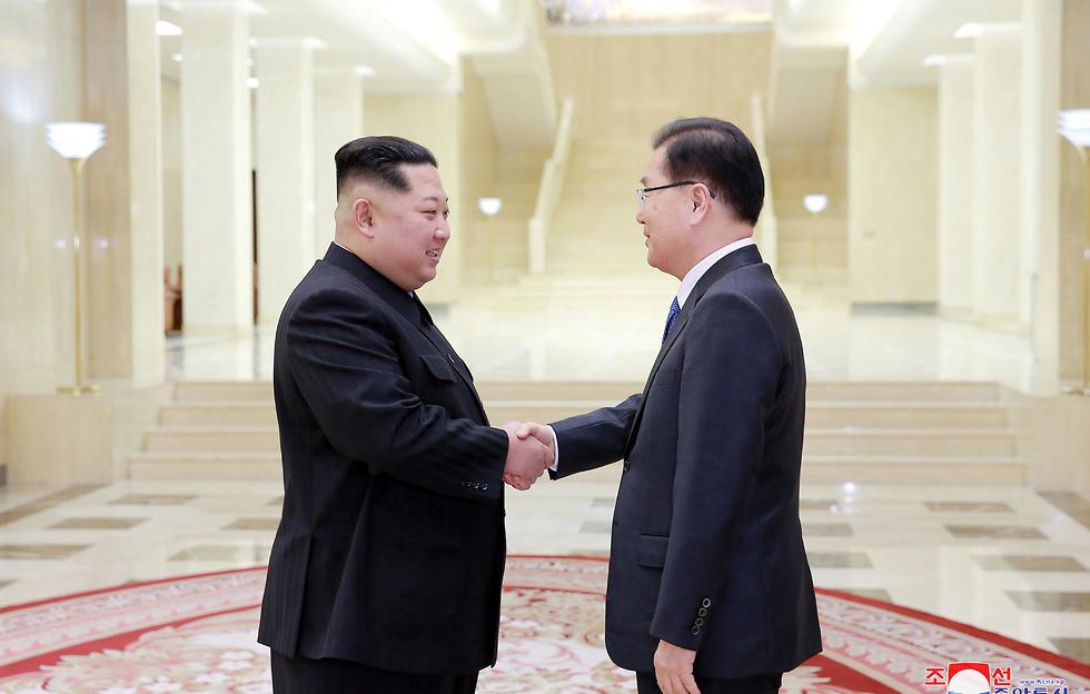 קים ג'ונג און במפגש עם בכירי דרום קוריאה (צילום: רויטרס) (צילום: רויטרס)