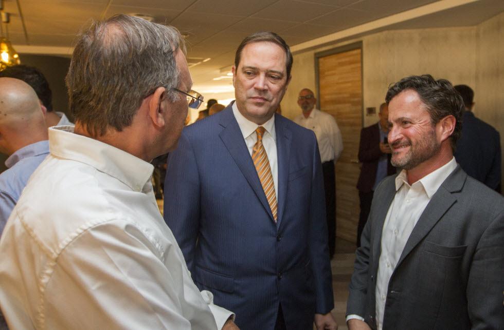 """מנכ""""ל סיסקו העולמי' צ'אק רובינס (במרכז) כשלימינו אורן שגיא, מנכ""""ל סיסקו ישראל.  (צילום: עידו ארז) (צילום: עידו ארז)"""