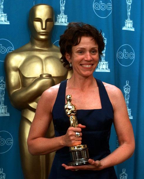 עם פרס האוסקר הראשון שלה ב-1997 (צילום: AP)