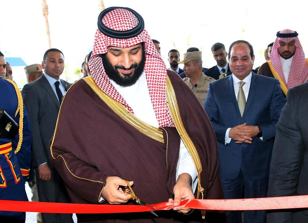יורש העצר הסעודי מוחמד בן סלמאן בתעלת סואץ לצד נשיא מצרים עבד אל-פתאח א-סיסי (צילום: רויטרס) (צילום: רויטרס)