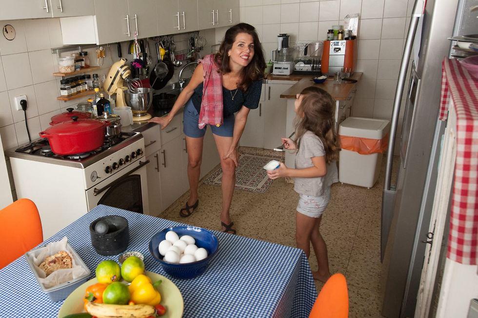 """ביליה והילדים במטבח הביתי. """"אני הכי אוהבת שהילדים סביבי במטבח, אז מה אם יש קצת לכלוך? אז מה? בשביל מה אנחנו חיים אם לא בשביל לבלגן את הבית כדי שנוכל אחרי זה לסדר"""" (צילום: גיא בהר) (צילום: גיא בהר)"""