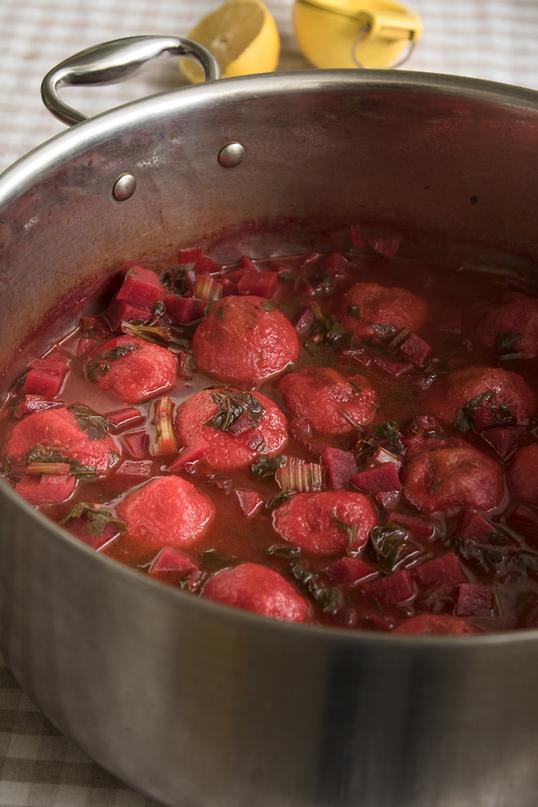 """""""אני לגמרי חושבת שקמה תנועה מטבחית חדשה של בישול ביתי"""". מתכון לקובה סלק מתוך ספר הבישול החדש של ביליה (צילום: חגית ביליה וגיא בהר)"""