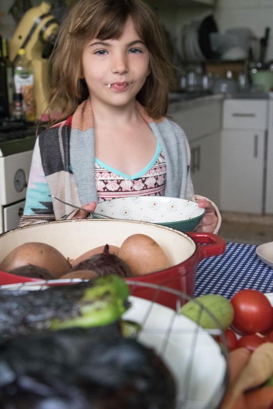 """דריה ביליה, בתה של חגית. """"היום אני יכולה להישאר בבית, להרוויח יפה ועדיין לקבל את הילדים לצהריים"""" (צילום: חגית ביליה וגיא בהר)"""