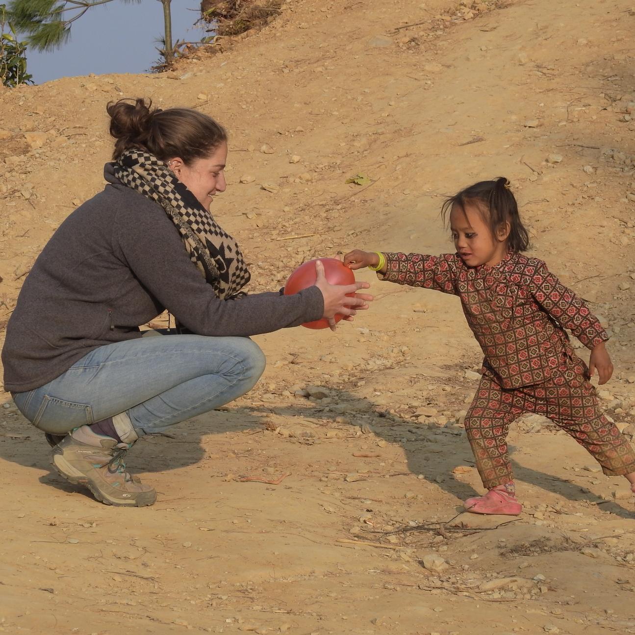מיכל משחקת בכדור עם ריטו. צילום: עמיר בן-דוד ()