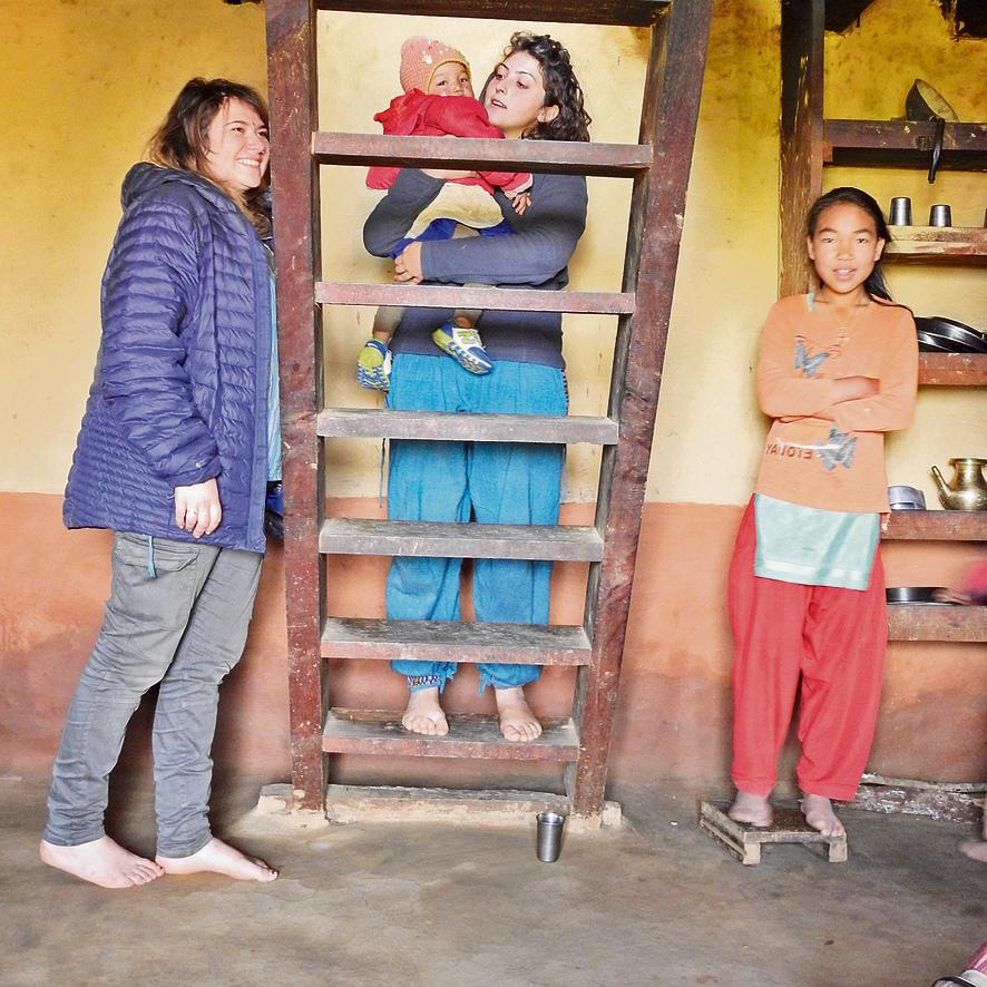 אניה ולילך עם ילדי המשפחה בבית בכפר דונקרקה. צילום: עמיר בן-דוד ()