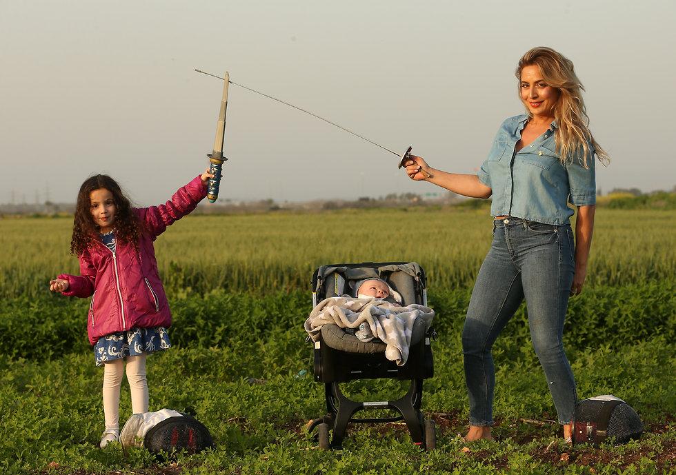דלילה חתואל־ברוך עם בתה עתליה ובנה דן (צילום: אלעד גרשגורן) (צילום: אלעד גרשגורן)