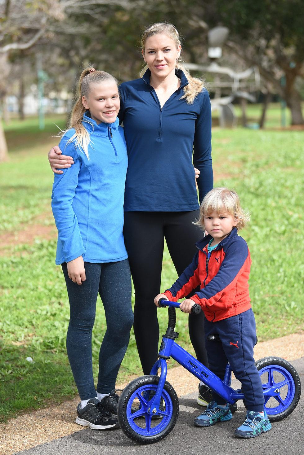 אניה ויליקי עם ילדיה, קטיה וטים (צילום: יאיר שגיא)
