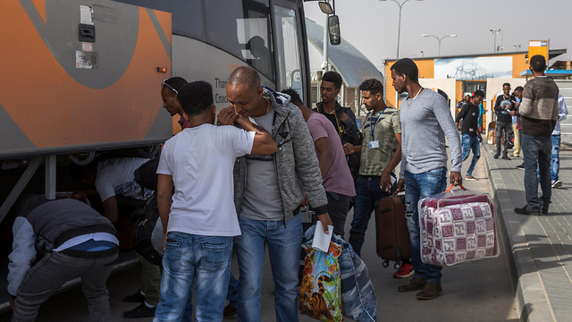 Asylum seekers leaving Holot (Photo: EPA)