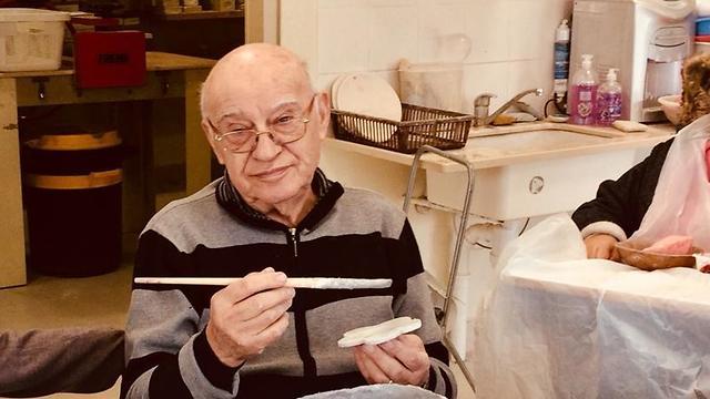בגשם ובקור, בגיל 84 יונה אונגר לא מפספס יום (באדיבות יונה אונגר ) (באדיבות יונה אונגר )