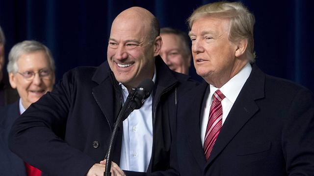 טראמפ והיועץ הכלכלי גארי קוהן (צילום: APF)