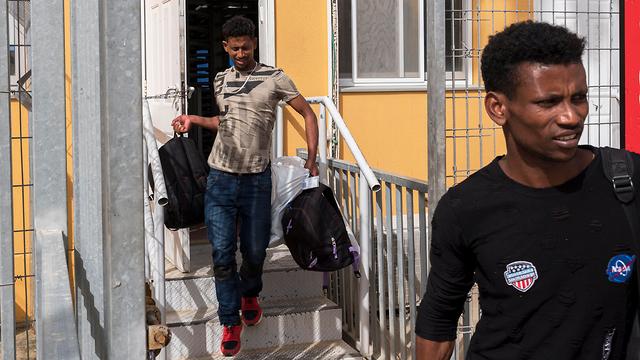 """Освобождение нелегалов из лагеря """"Холот"""". Фото: EPA"""