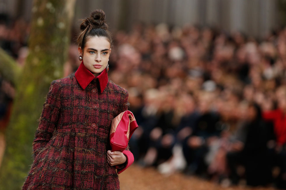 יפה בשאנל. אביטל לנגר בת ה-16 וחצי בתצוגת האופנה של המותג בפריז (צילום: AP)