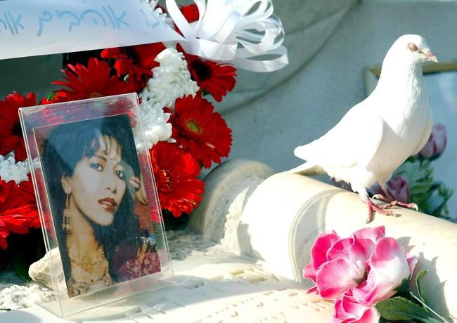 מעריצים רבים השאירו מזכרות על קברה של הזמרת (צילום: מיכאל קרמר)