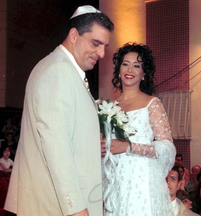 לא הייתה מאושרת ממנה. חזה ודורון אשכנזי ביום חתונתם (צילום: צביקה טישלר)