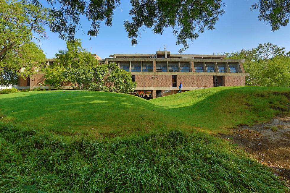 המרכז לתכנון סביבתי ולטכנולוגיה, אחמדבאד, 1966-2012 (נבנה בשלבים). עוד עבודה בולטת של דושי (צילום: photo courtesy of VSF courtesy of the Pritzker Architecture Prize)