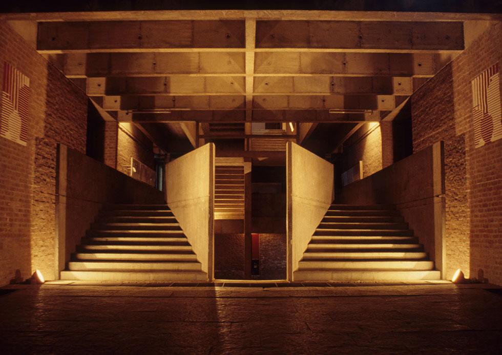 פנים המבנה. ''הברוטליזם שלהם ספג ערכים מקומיים ושמר על ערכים הומניים'', אומר האדריכל שרון רוטברד, שפגש את דושי (צילום: photo courtesy of VSF courtesy of the Pritzker Architecture Prize)