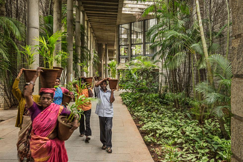 תצלום נוסף מהמכון ההודי לניהול בבנגלור, במבט כלפי הספרייה ממסדרון חצי-פתוח (צילום: photo courtesy of VSF courtesy of the Pritzker Architecture Prize)