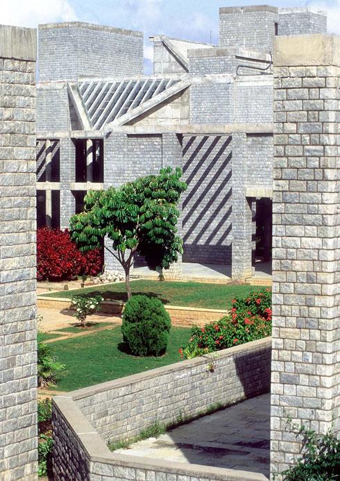 המכון ההודי לניהול, בנגלור (1977-1992), תוכנן בהשראת המבוכים של מקדשים הודיים ומצליח, כמו מבנים אחרים של דושי, לספק מפלט מהשמש הקופחת (צילום: photo courtesy of VSF courtesy of the Pritzker Architecture Prize)