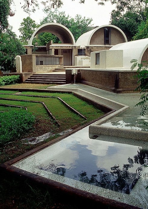הסטודיו של דושי באחמדבאד נקרא Sangath - לנוע יחד - ויש בו את סימני ההיכר של סגנונו: מקבץ מבנים וחצרות, ומפלט מהשמש היוקדת (צילום: photo courtesy of VSF courtesy of the Pritzker Architecture Prize)