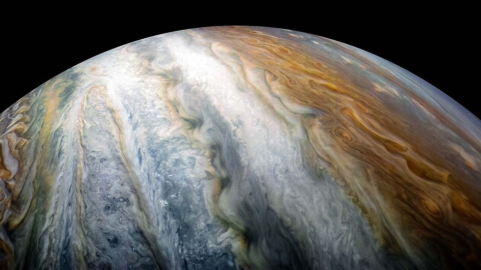 """עוד מימי גלילאו, חגורות העננים הכהות והבהירות הן סימן ההיכר של צדק. כעת מסתבר כי הן מגיעות לעומקים של כ-3,000 קילומטרים  (צילום: נאס""""א)"""