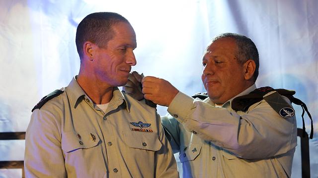 Eisenkot and incoming commander Maj. Gen. Nadav Padan (Photo: Alex Kolomoisky)