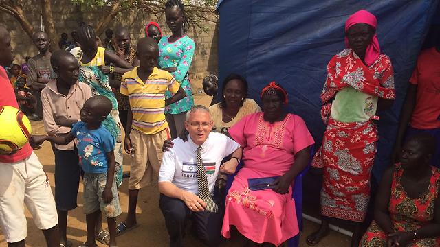 גודר עם פליטים בדרום סודן ()