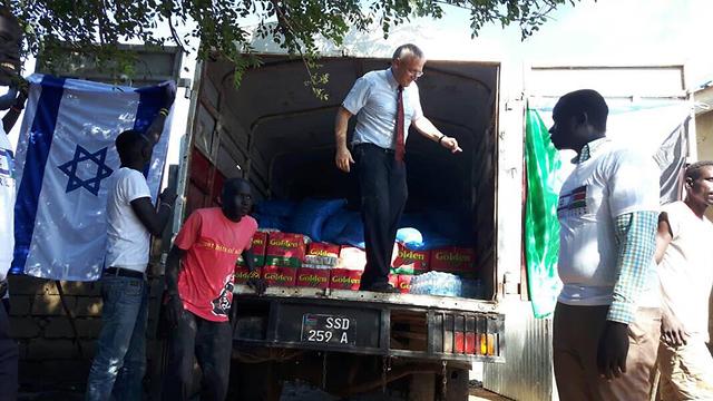 חנן גודר במבצע לחלוקת המזון לפליטים ()
