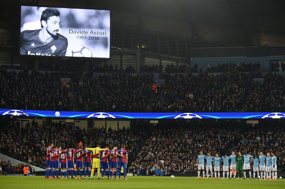 שחקני שתי הקבוצות בדקת דומייה לזכר דוידה אסטורי (צילום: AFP) (צילום: AFP)