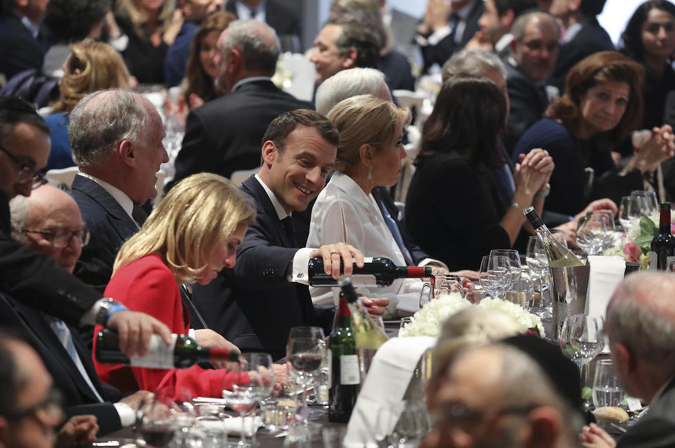 """מקרון בסעודה השנתית. """"צרפת לא תהיה עצמה אם יהודים יעזבו מפחד"""" (צילום: AP) (צילום: AP)"""