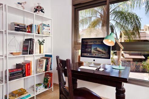 בחלל העבודה והקריאה. שולחן העבודה מול חלון גדול (צילום: יונתן תמיר)