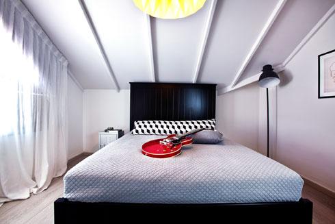 חדרו של הבן בשחור-לבן (צילום: יונתן תמיר)