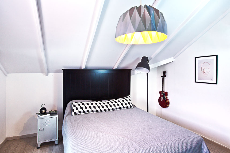 חדרו של הבן בעליית הגג עוצב בשחור-לבן. על הקיר איור של המוזיקאי האהוב עליו, דיוויד בואי  (צילום: יונתן תמיר)