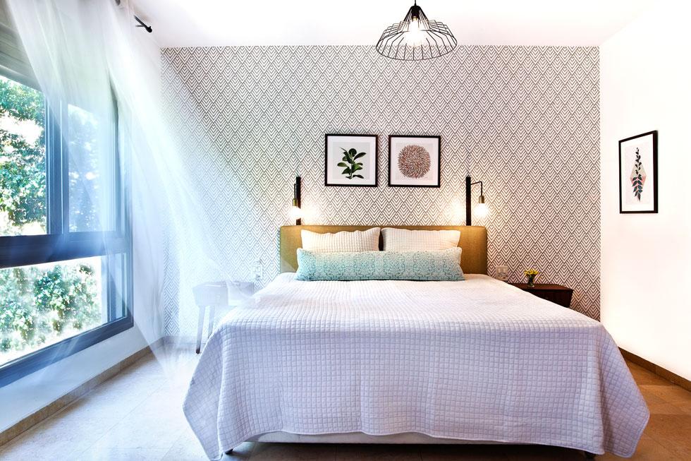 המיטה ניצבת במרכז חדר ההורים. גב המיטה רופד מחדש. ארונות הקיר בכל חדרי השינה היו במצב מצוין (צילום: יונתן תמיר)