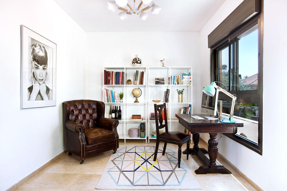 חלל העבודה והקריאה הפתוח בקומה הראשונה. השולחן, הכיסא והכורסה עברו מהבית הישן. ספריות הברזל נרכשו ב-1,400 שקלים  (צילום: יונתן תמיר)