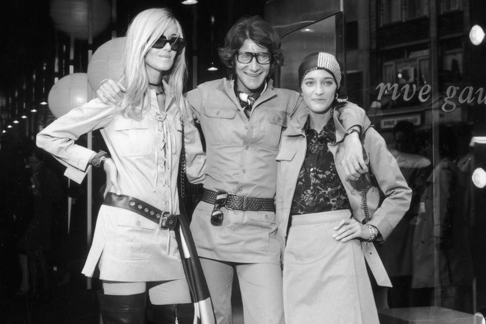"""""""לסן לורן לא היו באמת חברים, כי הוא לא אהב אף אחד"""". משמאל: בטי קטרו, איב סן לורן ולולו דה לה פאלז ב-1969 (צילום: Gettyimages)"""